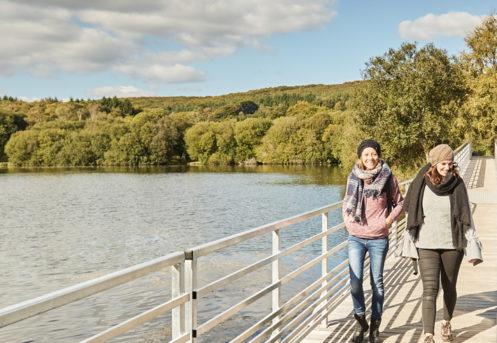 marcheuses sur un pont