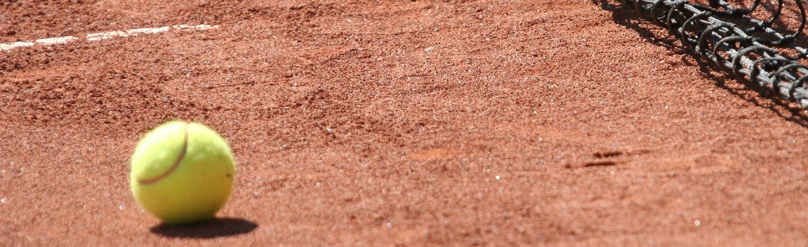 terrain et balle de tennis